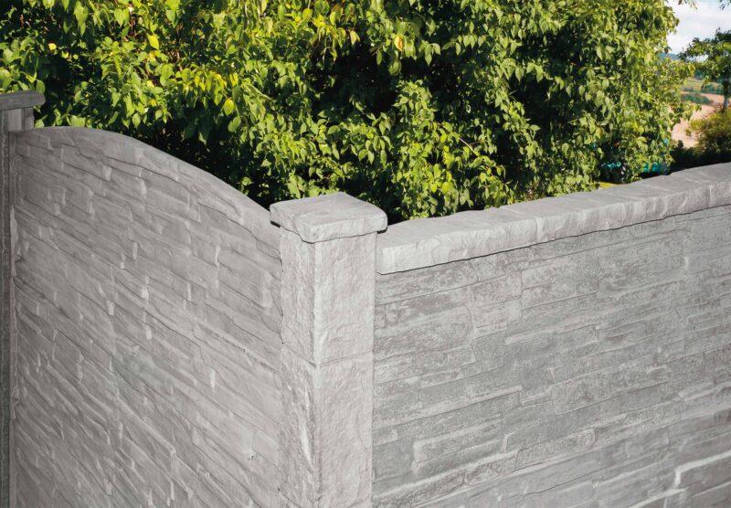Häusler Mauer mit Felsstruktur