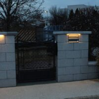 Häusler Licht am Zaun